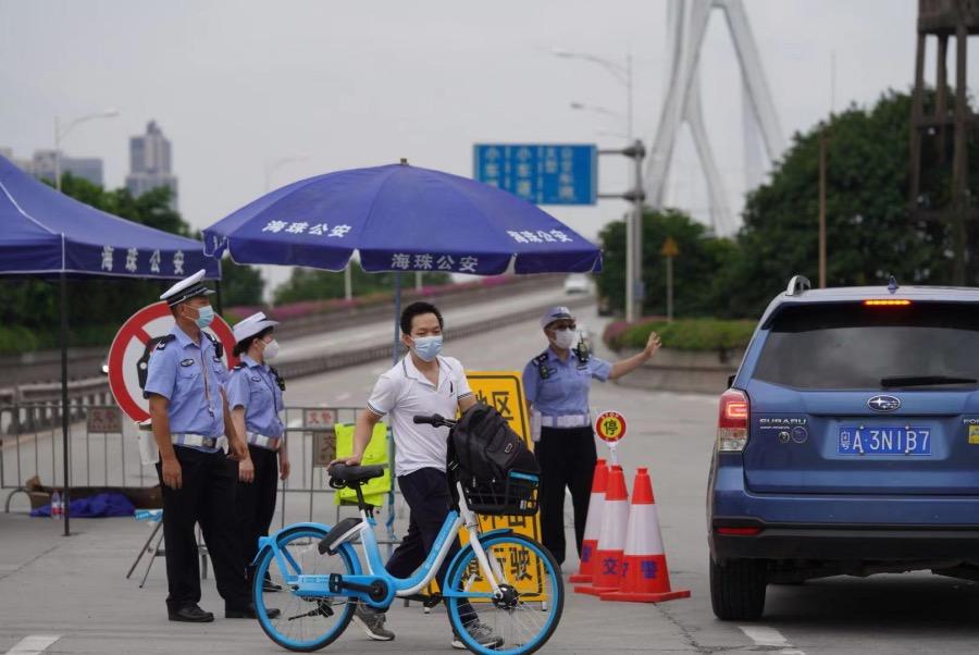 2021年6月4日下午,鹤洞大桥海珠区侧,居住在荔湾区芳村片区的居民骑车回家。