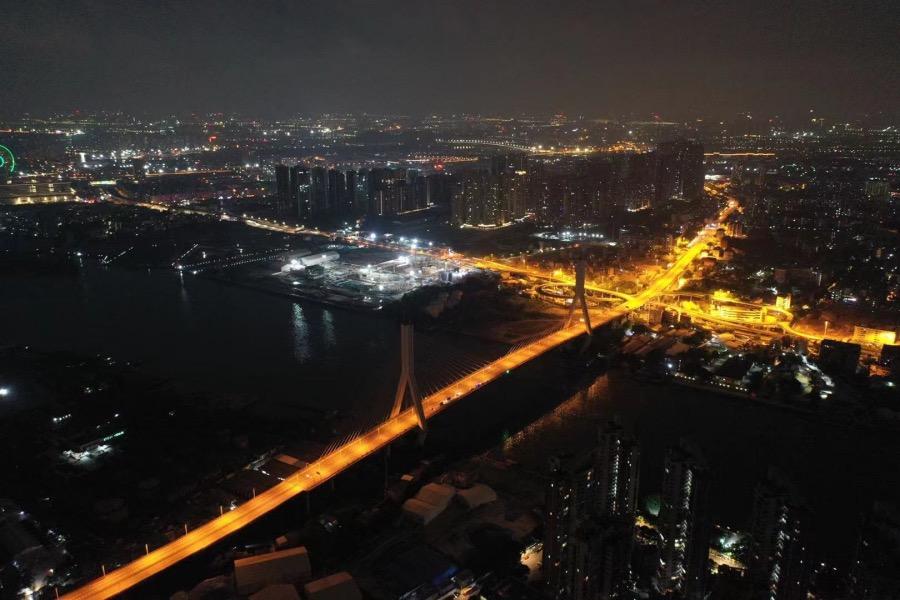 2021年6月4日凌晨,连接海珠区与荔湾区芳村片区的鹤洞大桥,大桥对面是广钢新城和鹤园小区。