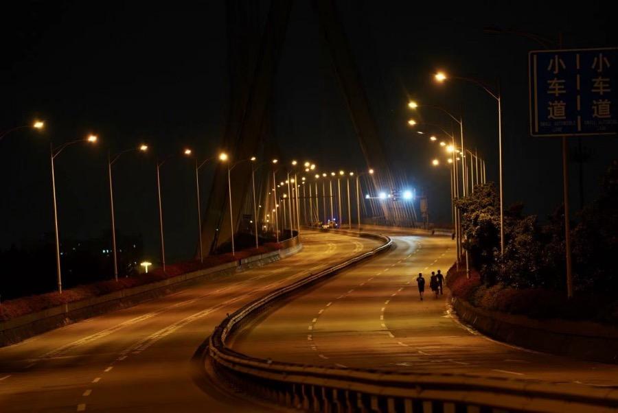 2021年6月4日凌晨,连接海珠区与荔湾区芳村片区的鹤洞大桥已经实施双向封锁,部分市民只能徒步过桥回到芳村片区。