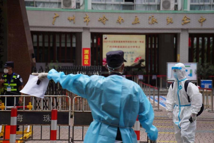 2021年6月7日上午11时30分,高考第一科考试结束,广州市岭南画派纪念中学的考生陆续走出考场。3