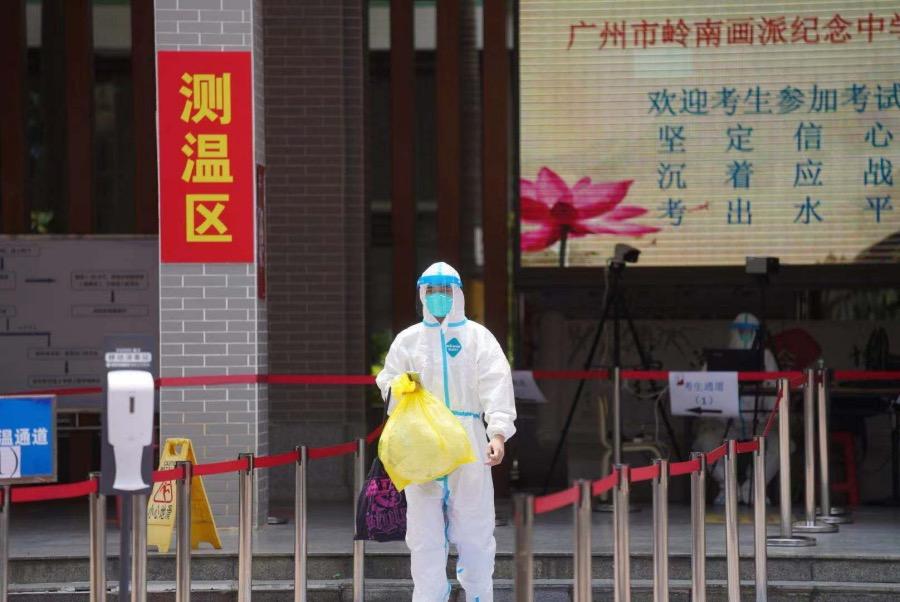 2021年6月7日上午11时30分,高考第一科考试结束,广州市岭南画派纪念中学的考生陆续走出考场。