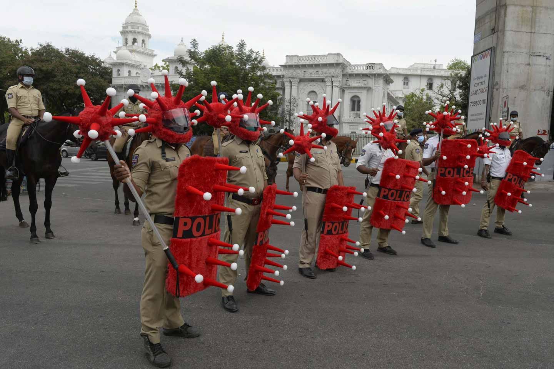 為提高公眾防范新冠病毒意識,印度警務人員打扮成病毒