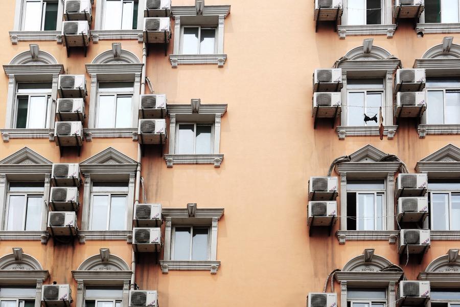 """《装空调高空作业人命关天, """"有安全绳无安全支点""""亟待解决》(图文无关)中国高层建筑,尤其是居民住宅,有多少预设了供高空作业使用的安全支点(固定支点)呢?"""
