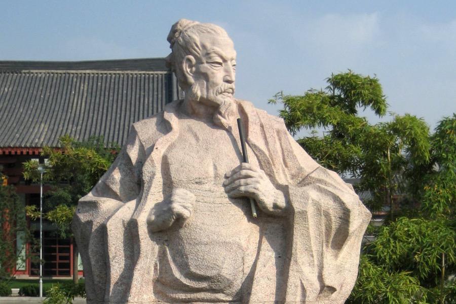 """《詩人王維也是考試移民: 科舉時代""""冒籍""""為何屢禁不絕?》圖為西安大雁塔北廣場上的歷史人物雕塑,唐代詩人王維。"""