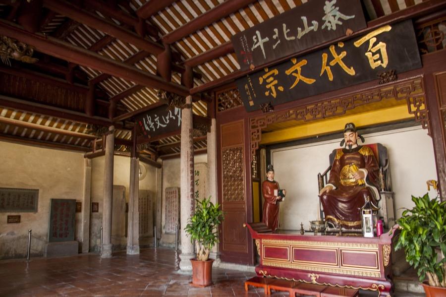 《唐代五诗人   诗与文的关系》图为广东潮州韩文公祠主祠宇韩愈塑像。