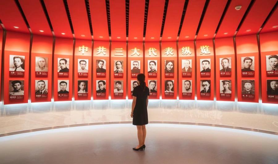 一名參觀者中共三大代表照片前駐足。中共三大是陳獨秀、李大釗、毛澤東唯一一次共同出席的黨代會。