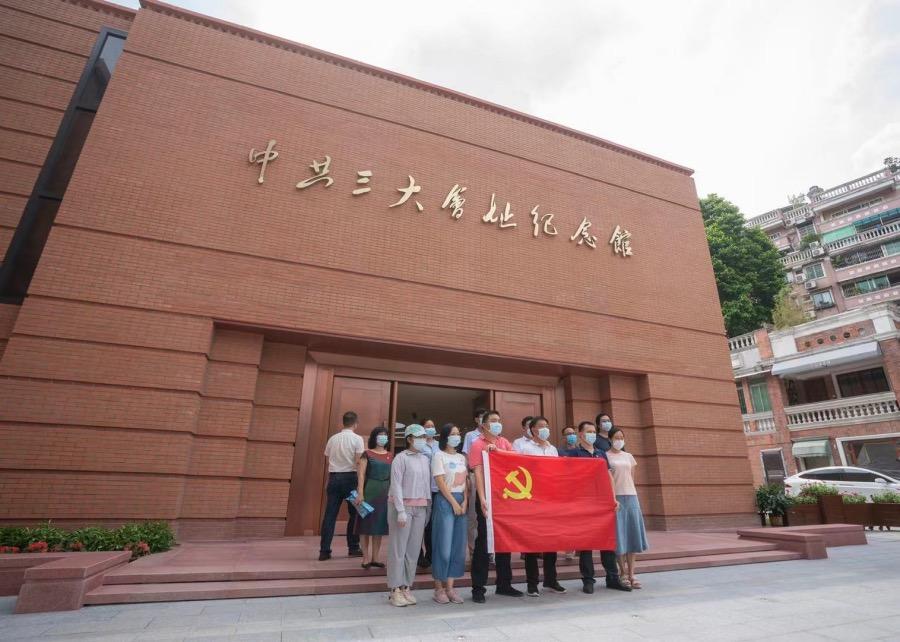 一些黨員小組成員在改擴建竣工后的中共三大會址紀念館前合影留念。