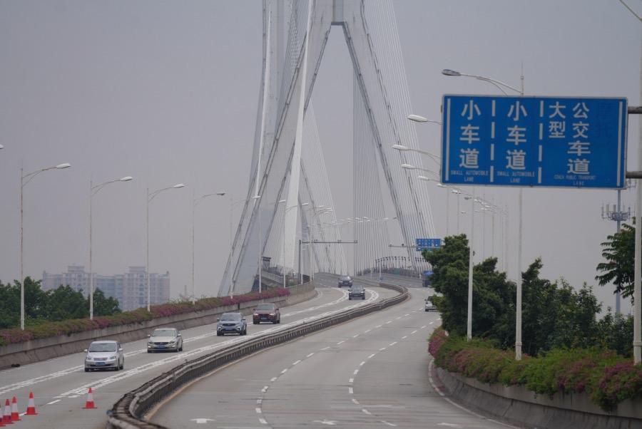 2021年6月24日,廣東廣州,車輛從荔灣區芳村片區開出,經過鶴洞大橋進入海珠區。2