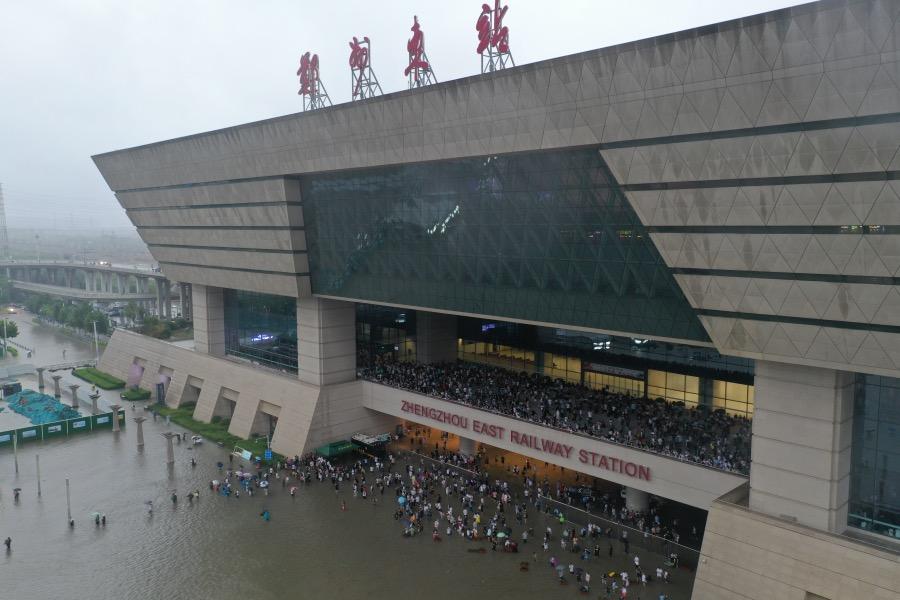 2021年7月20日,受持续强降雨天气影响,郑州东站大量列车停运,大批旅客滞留。