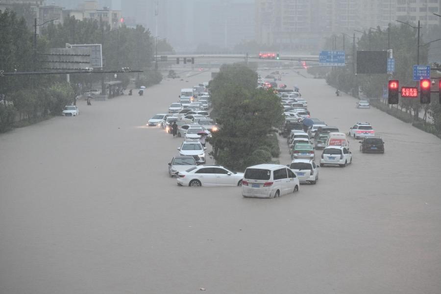 2021年7月20日,郑州遭遇持续强降雨,部分路段积水。郑州火车站门口,汽车被淹。