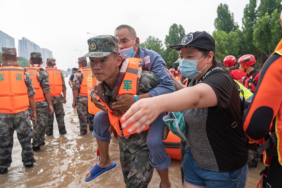 快评|自救互救守望相助,河南暴雨灾难中人性光辉闪耀