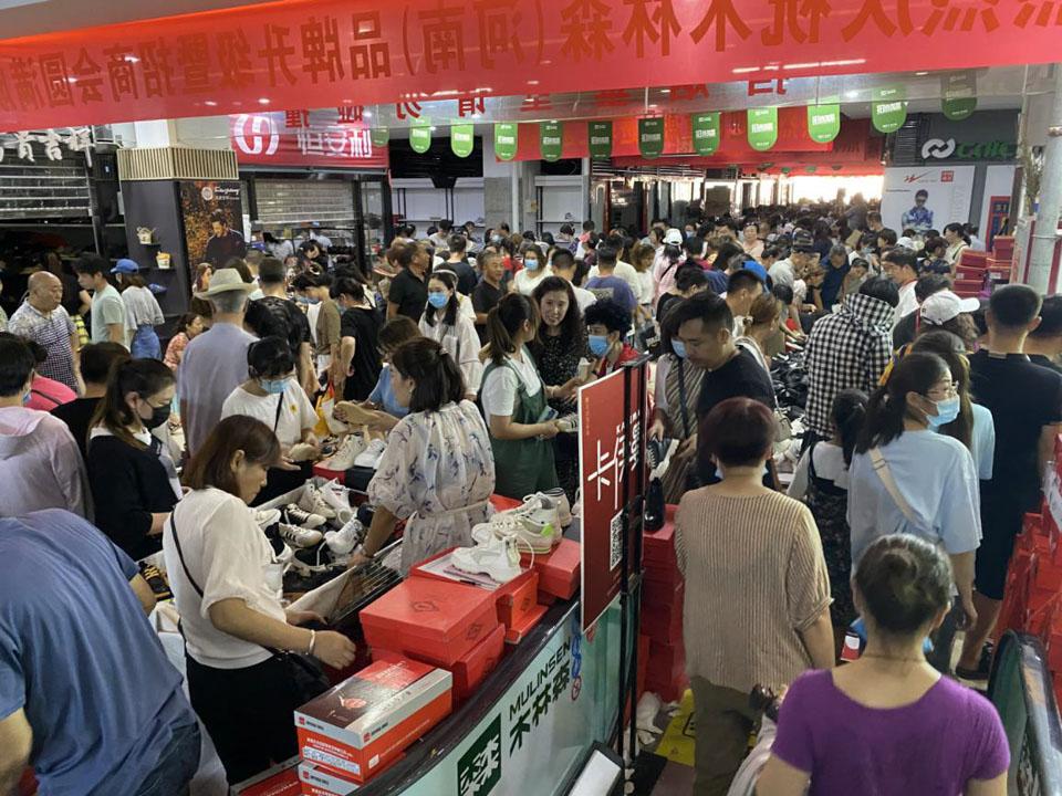 郑州迈出恢复秩序第一步:路面在摆摊,地下在清淤