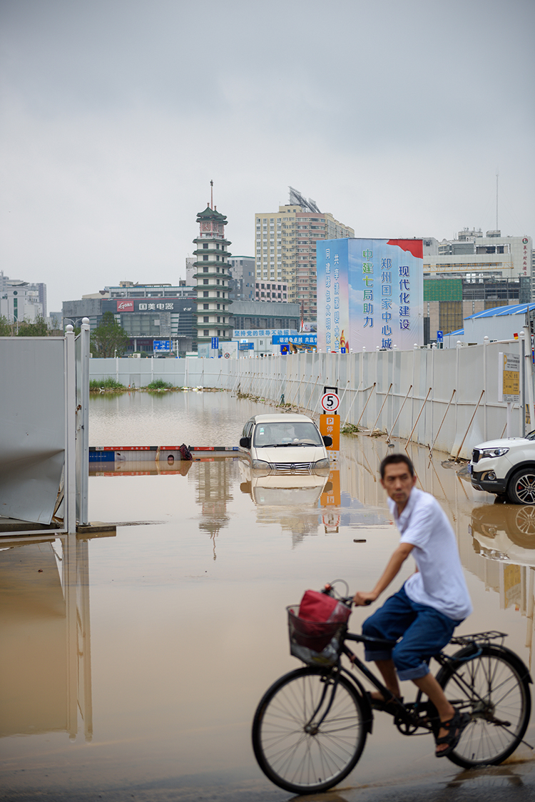 02 郑州暴雨考验特大城市.jpg