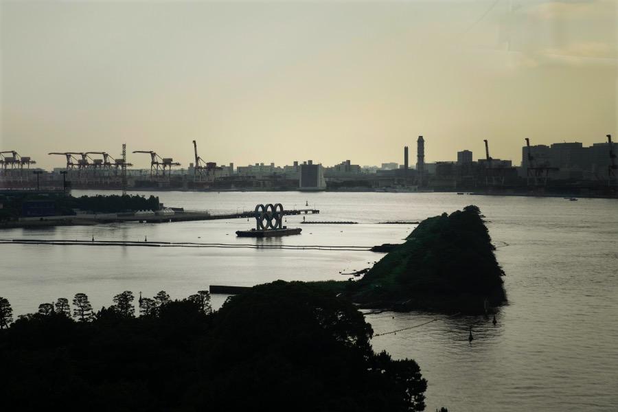 奥运五环标志漂浮在东京湾的一座驳船上。