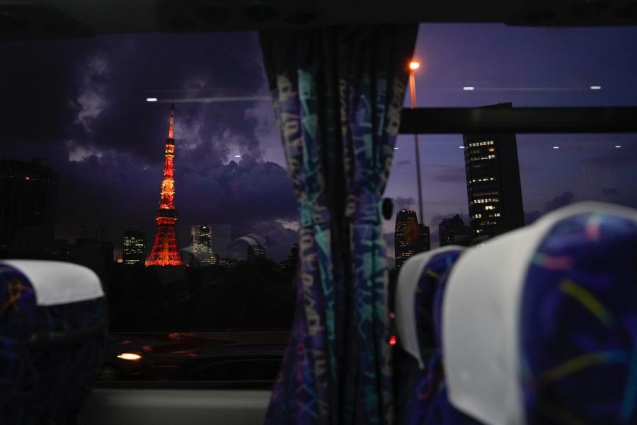 夜幕下亮起灯光的东京塔。