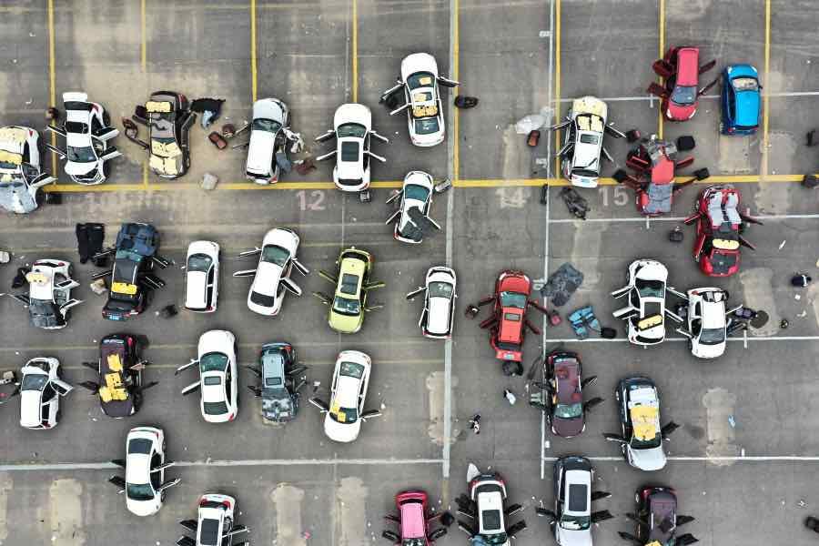 一些车辆的车门敞开着,座椅与垫子被拆了下来,放置于车顶或周边晾晒。