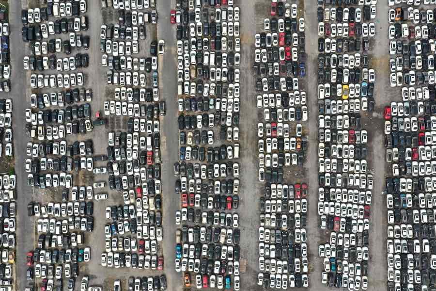"""郑州一处停车场内停满了""""7·20""""特大暴雨灾害淹损车辆。"""