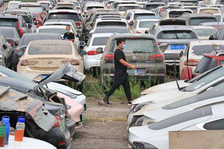 一些车主来到这个停车场寻找车辆。