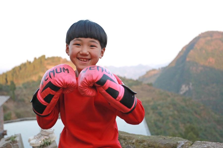 """《社會把脈   愛拳擊的女童走出大山,與命運搏擊者該受到祝?!访總€人都有追夢的權利,哪怕是個娃娃?!靶珗A""""的故事足以說明這一點。"""
