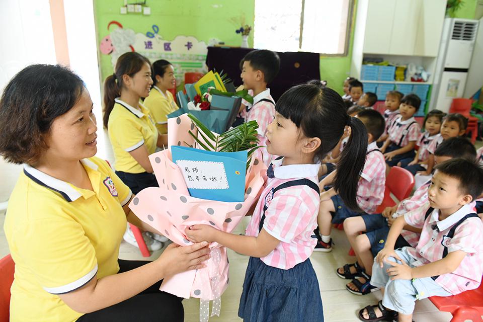 """教师节""""重礼"""":究竟是对老师的尊重,还是对孩子的溺爱?"""