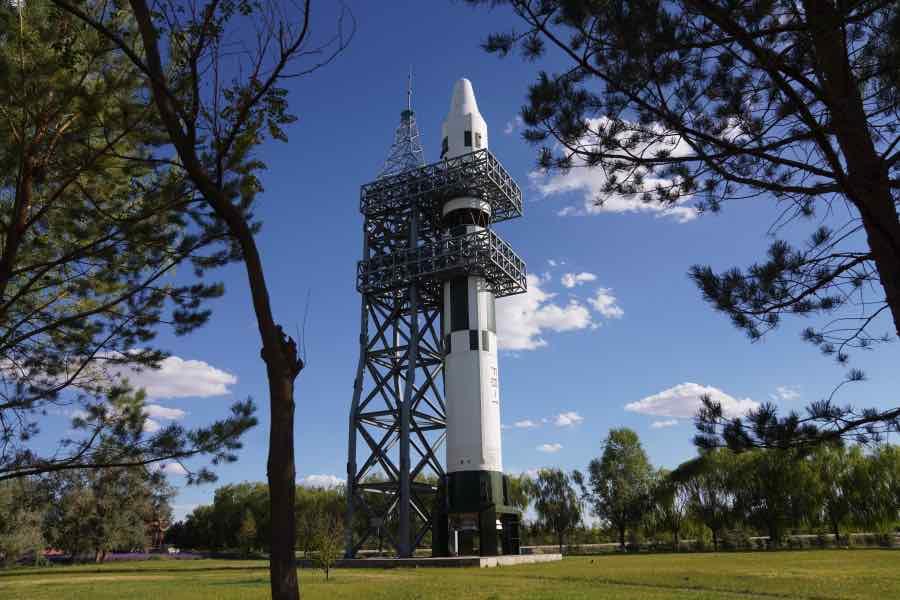 """航天纪念林里的""""风暴一号""""火箭。自1973年至1981年期间,该系列火箭先后执行8次试验任务。"""