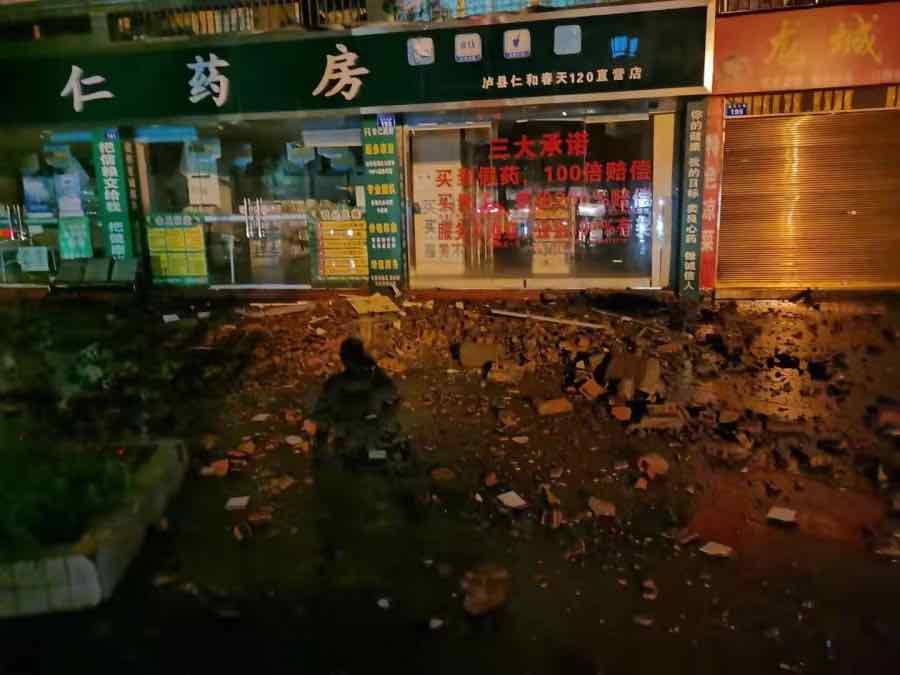 地震发生后的泸县街道。