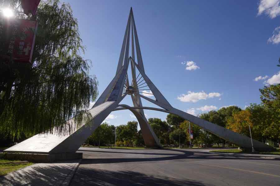 """航天工业总公司赠送给""""东风航天城""""的航天纪念塔,造型极具未来感。"""
