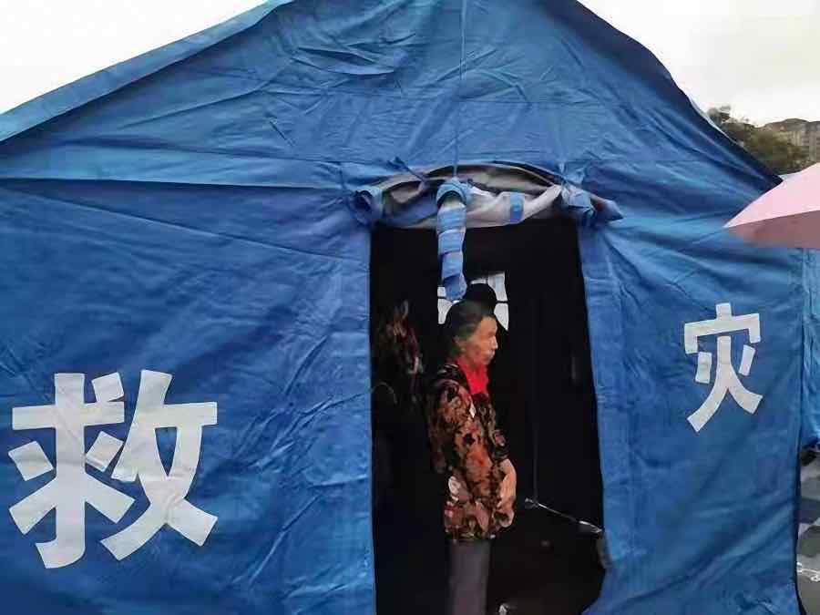 当地搭建的应急帐篷。