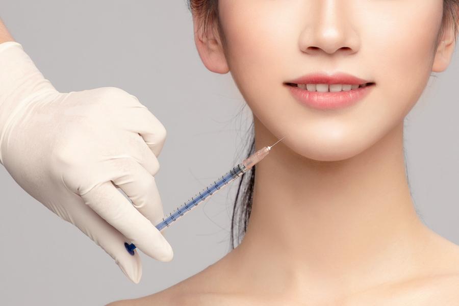 """《医美是应受规制的""""医疗"""",不是可自由率性的""""美容""""》(图文无关)韩国法律非常明确规定:医美属于医疗系统,医美医生属于正规专科医生。而绝非介于医学和美容之间的""""几不管""""模糊地带。"""