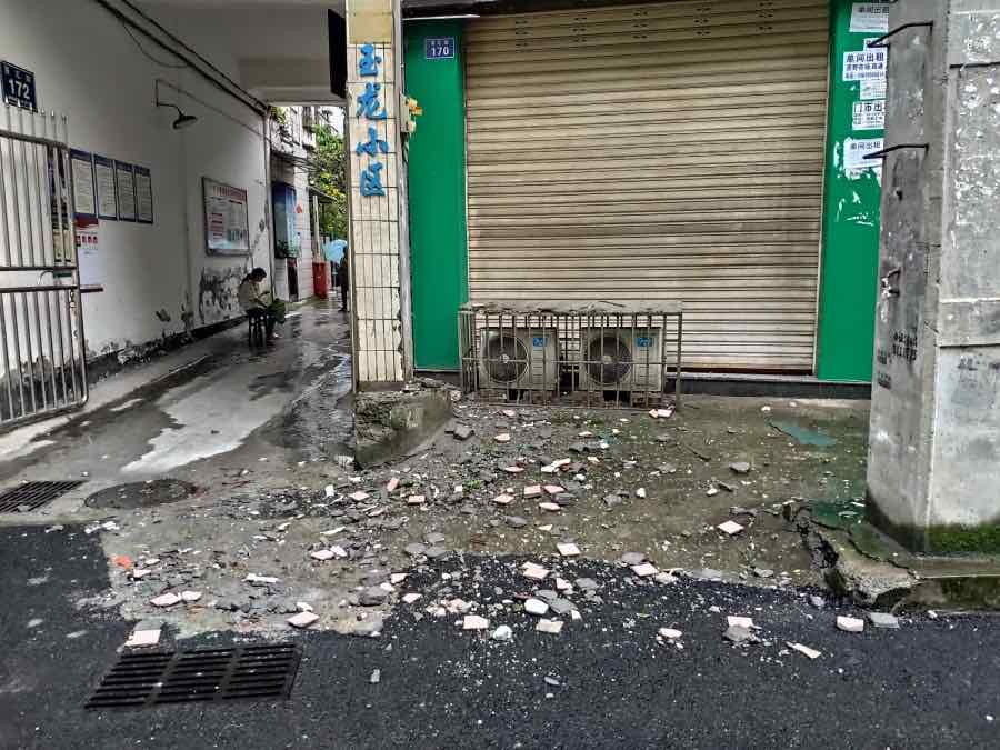 地震造成泸县部分房屋受损。