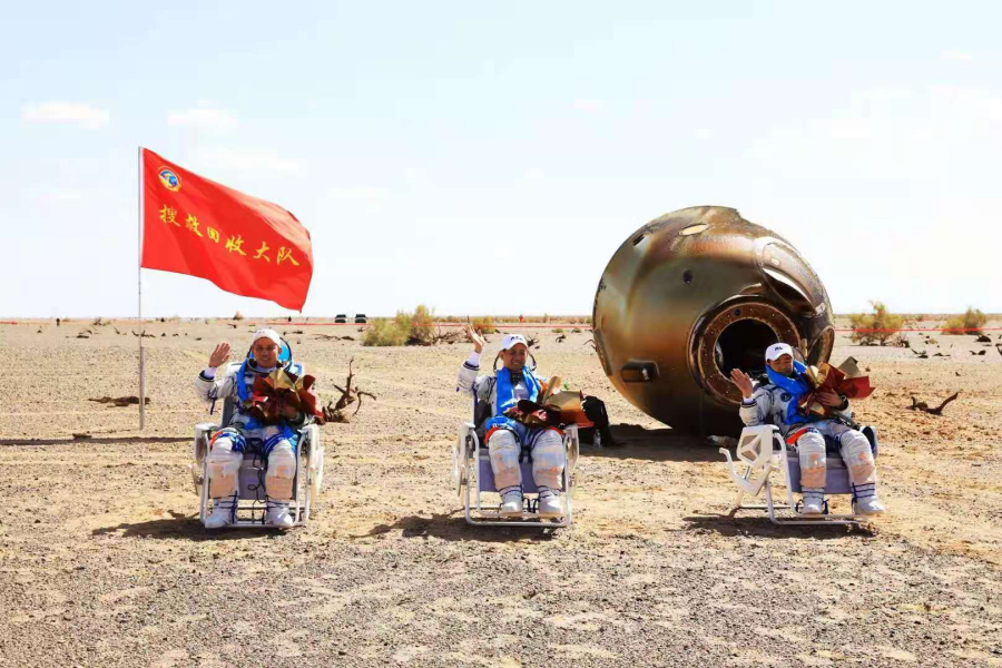 2021年9月17日,神舟十二号载人飞船返回舱在东风着陆场成功着陆。这是航天员聂海胜(中)、刘伯明(右)、汤洪波安全顺利出舱。