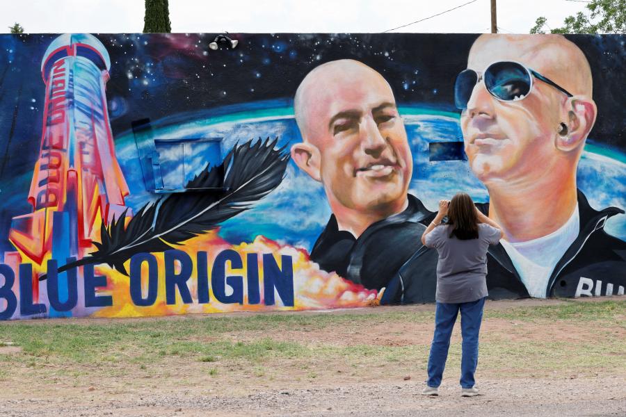 """《太空旅行票价降至五千万美元, 航天发射也适用""""摩尔定律""""意味着什么?》当地时间2021-09-26,美国得克萨斯州,民众绘制美国富豪贝索斯和其兄弟的壁画,庆祝世界首富将进行太空旅行。"""