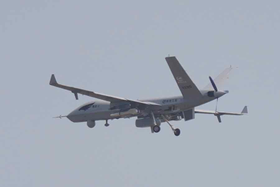 由中國航空工業集團研制的翼龍-2無人機精彩完成航展首次無人機飛行表演,這是大型無人機首次在國際航展進行飛行表演展示。