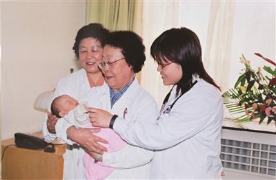"""祖孙三代人的接力赛:""""让孕妇和婴儿活下来"""""""